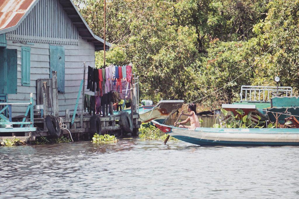 cambodge-tonle-sap-bateau-enfant