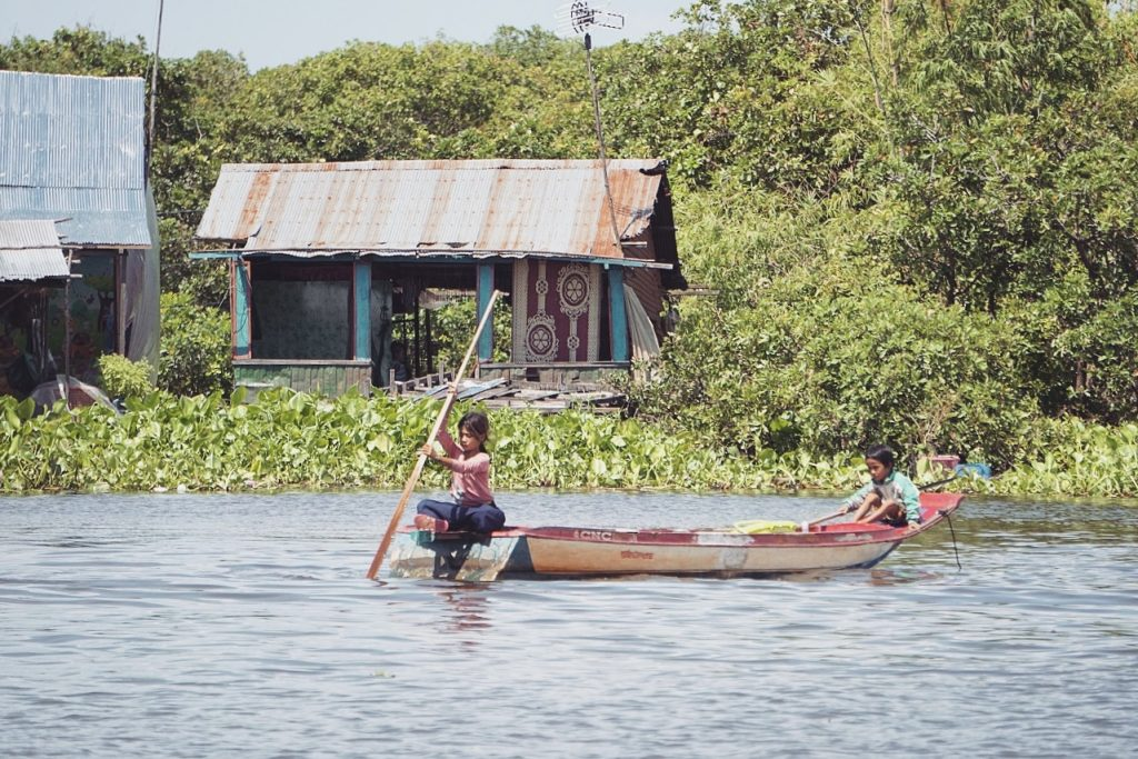 cambodge-tonle-sap-bateau-enfants