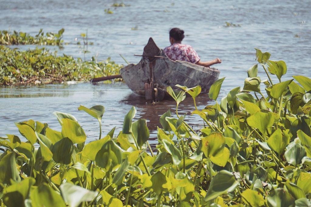 cambodge-tonle-sap-bateau-femme