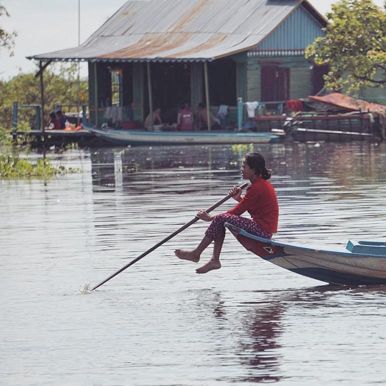 cambodge-tonle-sap-bateau-fillette