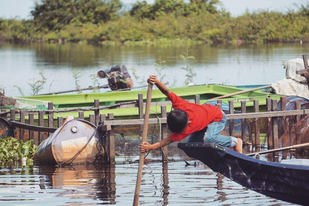 cambodge-tonle-sap-bateau-garcon