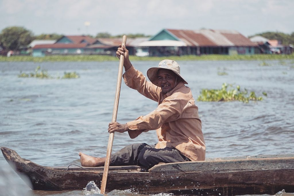 cambodge-tonle-sap-bateau-homme