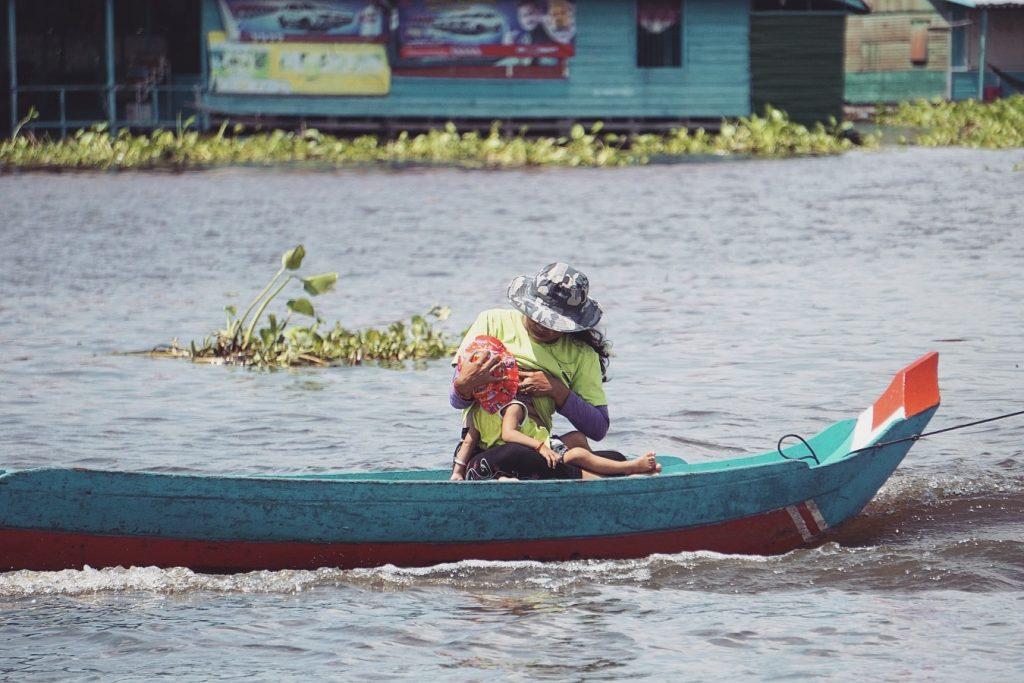 cambodge-tonle-sap-femme-allaitant