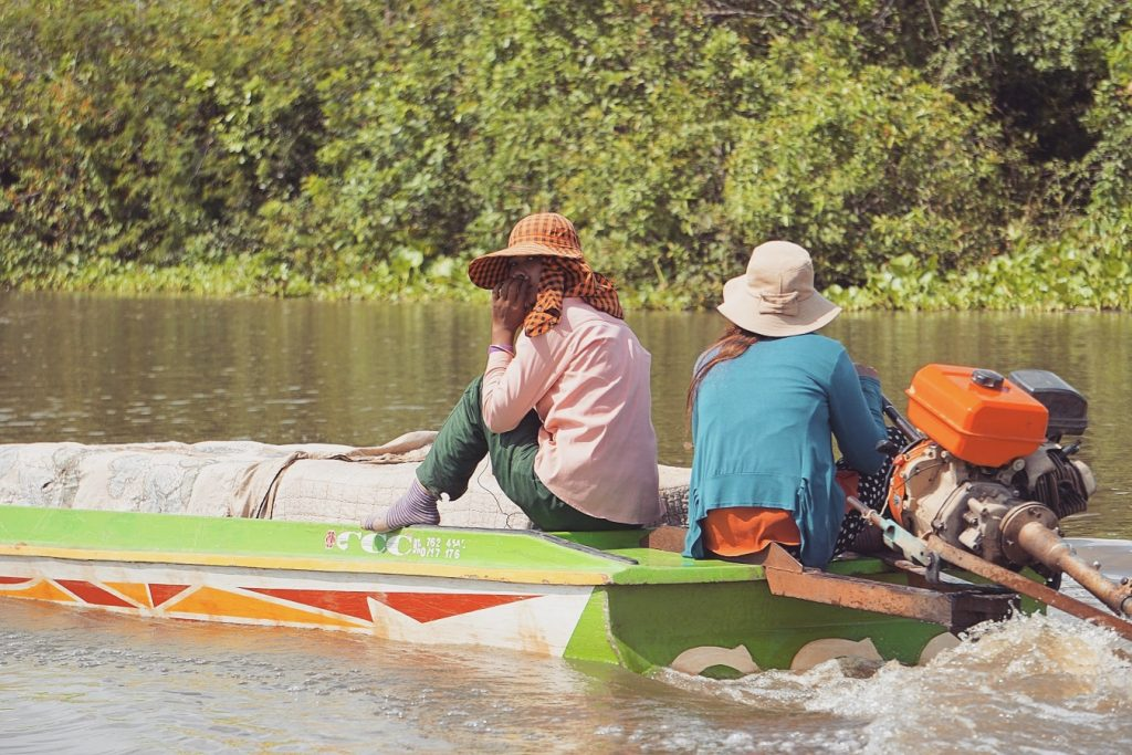 cambodge-tonle-sap-femmes-bateau
