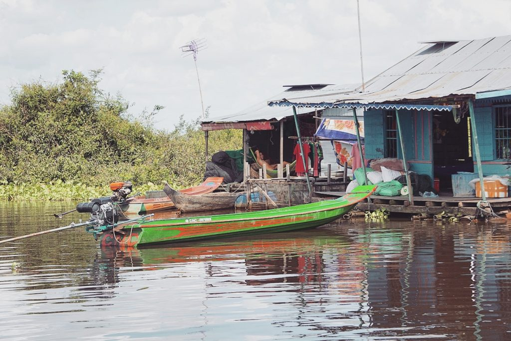 cambodge-tonle-sap-maison-homme